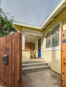 Electric Ave. Bungalow with Hot Tub - Los Angeles - Apartment