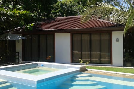 POOL HOUSE-1 bedroom-poolside-beach - Bed & Breakfast