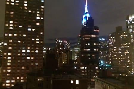Stay at this amazing shared apartment minutes away from Trains, Empire State Building, Restaurants, Bars, Shops, Herald Square, Madison Square Park, NYU, Langone Medical Center. Perfectly situated in Midtown Manhattan. Walking distance to everywhere.