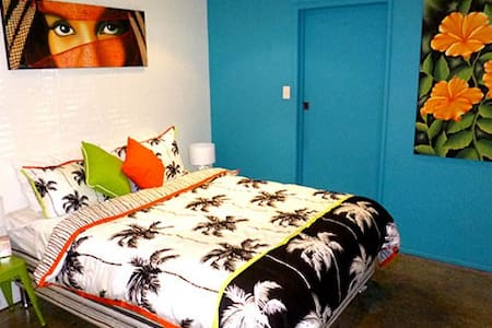 Relax in our Tropical Mexican Style Beach House . Conveniently located 1 min walk to Coles , Tavern , Sushi Train ,Cafes and Bus Stop . Beautiful Local Beaches and Brunswick heads are 3 mins by car , 15 mins to Byron Bay , 35 mins to GC Airport.