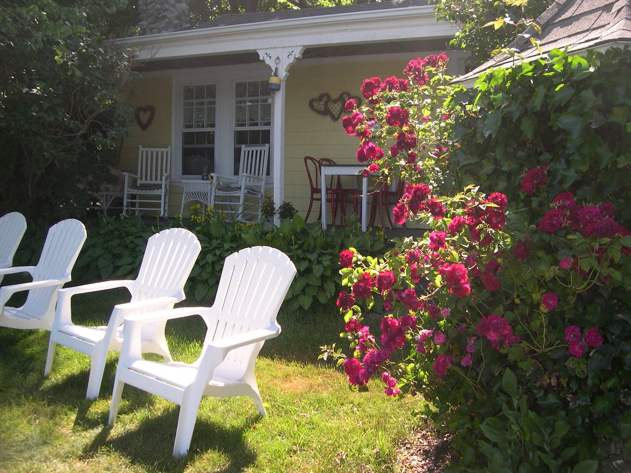 Waterfront Cottage! Narrow River is less then 15ft from these chairs!