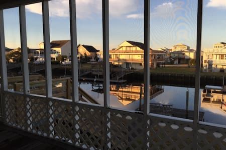 Private room in a 4 bedroom house (other three rooms occupied by the Host, 2 current residents).  On the canal connected to the Intracoastal Waterway.  Deep water dock access. Ample fishing. 5 minute walk from the beach/ocean.