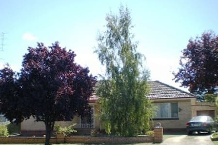 Hampden House Ballarat 4 km  CBD    - House