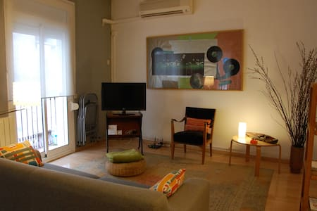 Nice newly renovated loft tipe. Exterior, two balconies to walking street on a tipical charming born area street. Elevator. Close to Museo Picasso ; walking distance to barceloneta beach. Fully furnished with TV, AC, Heat, washing machine, Wi.fi, etc
