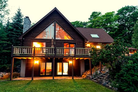 Beautiful Log Cabin on The Bay - Suttons Bay - House
