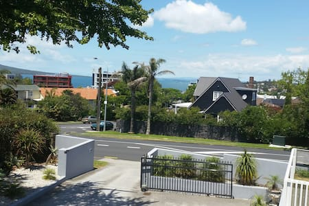 Private room, Private Bathroom & shared lounge - Auckland