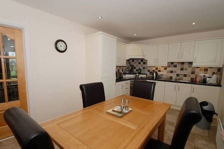 2 Bedroom House with Private Car Park - Hus