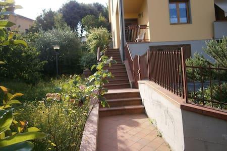 Appartamento con giardino  alle porte del Chianti - Apartamento