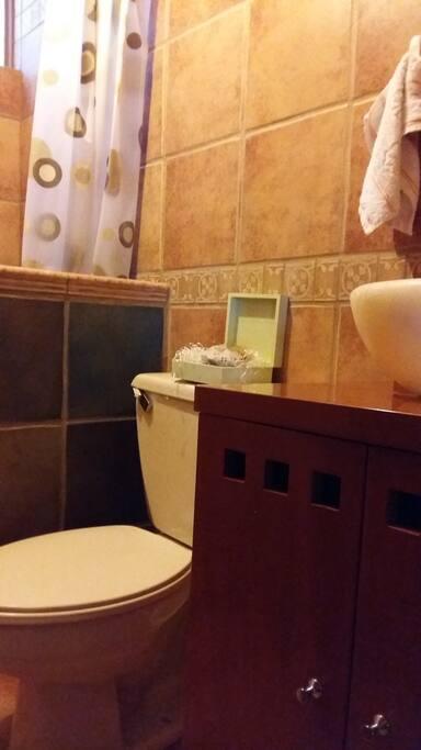 Baño limpio, amplio, exclusivo