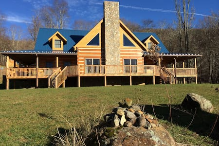 Private Log Home near Roan Mtn - Haus