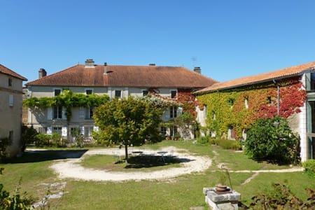 Grande maison charentaise sur 3 ha - Haus