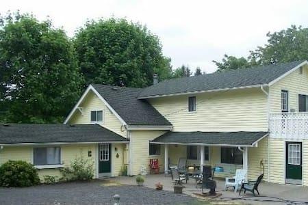 Spacious Farmhouse near I-5 - Chehalis - Casa