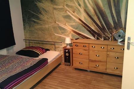 Zimmer mit Doppelbett in Wohnung