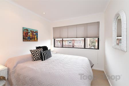 City fringe parkland townhouse - North Adelaide - Apartemen