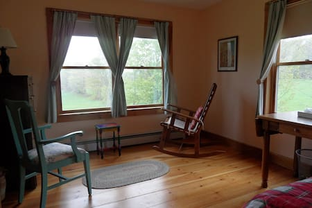 Bright corner room, garden and view - Bed & Breakfast