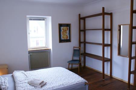 kleine Stadtfarm Gästezimmer 2 - DG - Lägenhet
