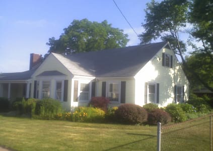 Classic 3 BDRM/1BA Ranch Home - East Providence - Ház