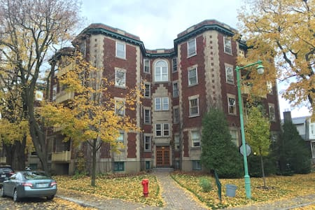 Bright & spacious 2 bedrooms in charming Outremont - Montreal - Lejlighed