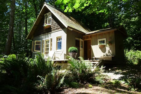 Hidden Retreat - walk to beaches - Salt Spring Island - Cabin
