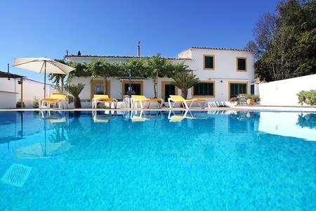 Sunny Villa with Pool, Garden & BBQ - Casa de campo