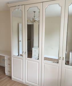 En-suite bedroom  oom - Crawley - House