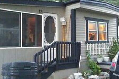 Nice 2bdr house 1H driveto Montreal - Haus