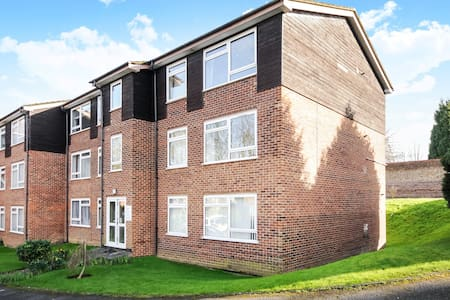 TWO BED FLAT ENGLEFIELD GREEN CLOSE TO RHUL #GC2 - Apartment