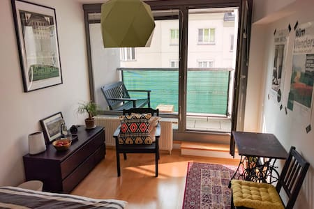 Spacious room with private balcony - Wien - Apartment