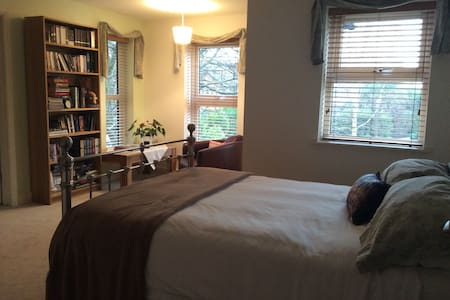 Spacious double room with en-suite  - Chafford Hundred