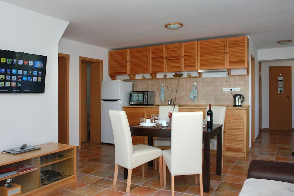 Fully equipped gourmet kitchen and dining room