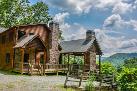 DREAM CATCHER- 3BR/3BA- CABIN WITH BEAUTIFUL MOUNTAIN VIEWS SLEEPS 6, HOT TUB, WIFI, INDOOR AND OUTDOOR FIREPLACE, GAS GRILL, AND A JACUZZI TUB! ONLY $165 A NIGHT!