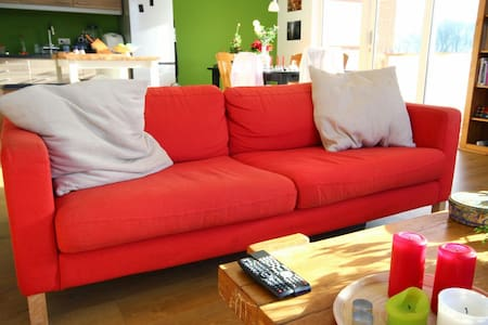 Comfy couch, 8 mins from airport - Lakás