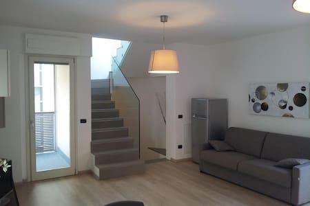Casa moderna nel pieno centro di Sondrio - Hus