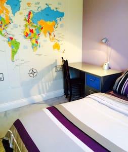 Cute room in vegetarian house - Redfern - House