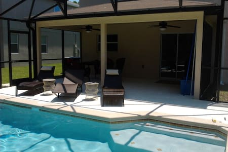 Comfortable 3 full bedroom house with swimming pool. Centrally located on a quiet cul-de-sac. 20 minutes drive to Clearwater beach, 30 minutes drive to St Pete beach, Tampa Bay, and St. Petersburg metropolises. Minutes walk to a public golf course.
