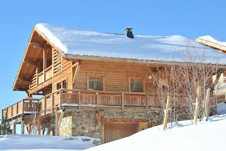 Luxurious mountain house, ski in and out with a modern design using traditional wood and stone construction. South unobstructed view. 4 bedrooms and 3 bathrooms, to accommodate 10 people with high standards and amenities.