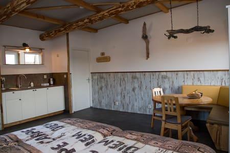 Heerlijk slapen in blokhut-sfeer - Den Hoorn