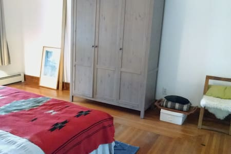 Large, lovely, and bright room near Yale - New Haven - Apartment
