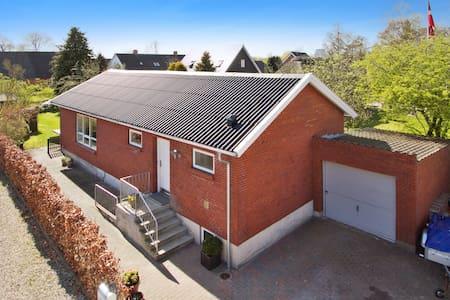 værelse i landsby Villa, 15 minutter fra Aarhus C. - Villa