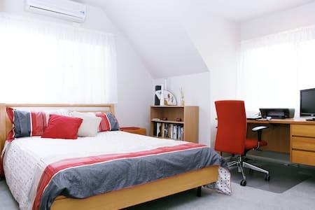 Relax! Private, Stylish Loft & Spa! - Blackburn South - House