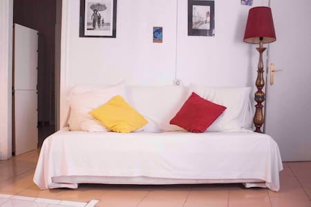 Apartment in Barcelona's Raval, sunny and calm.  Located 400 mtrs from the coastline.  Walking access to all city center  Double room, living room.  Kitchen and bathroom, with bath, washing machine. internet and wifi Simple and warm décor