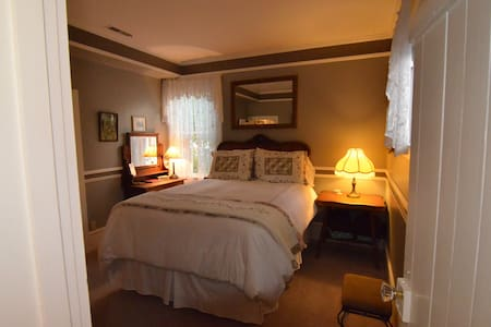 A Romantic Room w/ Breakfast & Wine - Bed & Breakfast
