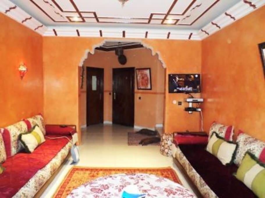 Huge living room with TV+CHNNEL-RECEPTEUR+DVD Model HD SAMSUNG TV
