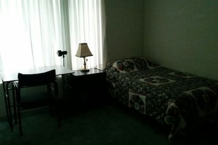 Bedroom near Cal Poly and Western U - Ház