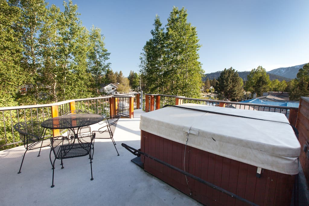 Third story hot tub with moutain views