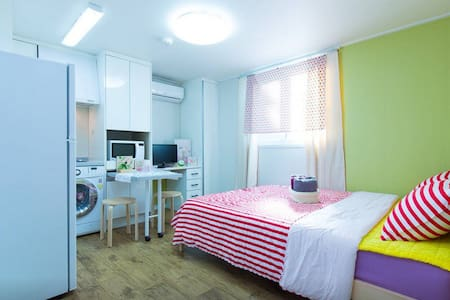 This Cozy studio has small kitchen and bathroom inside of studio.You don't need to share with others. All for you only!  房子里有个人厨房和洗手间。没有其他客人。只要订这间房子您可以享受又舒服又干净的韩国试生活。如果您须要什么帮忙,只要跟我练习就好了。我会尽力的。