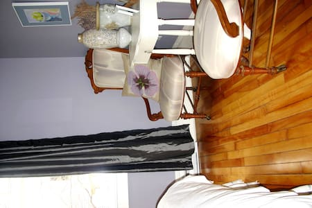 Guest room for rent in lovely home. - Fredericton - Hus