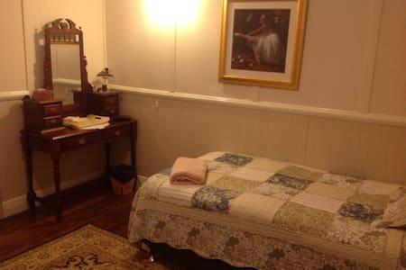 Comfortable King Single Bedroom - Bed & Breakfast