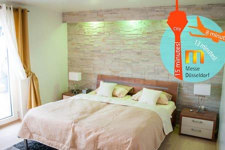 Nice room with terrace/ close fair - Düsseldorf - Bed & Breakfast