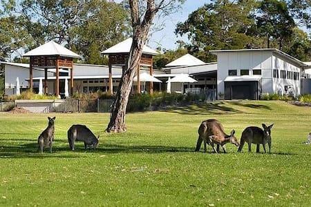 Luxury 2 bedroom beach home -Aussie paradise - Noosa North Shore - Casa
